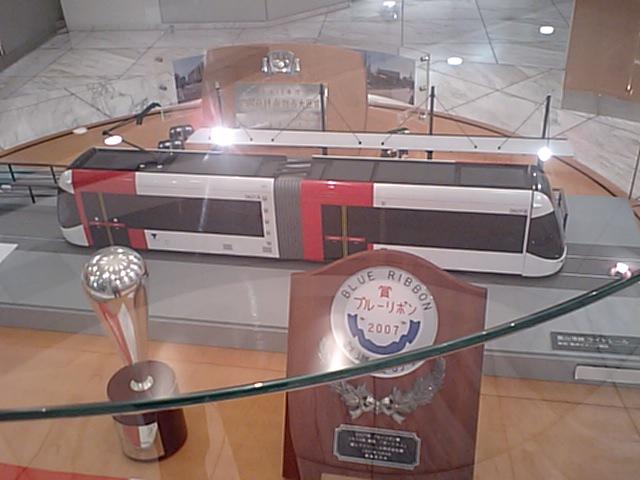 富山市内の新型路面電車