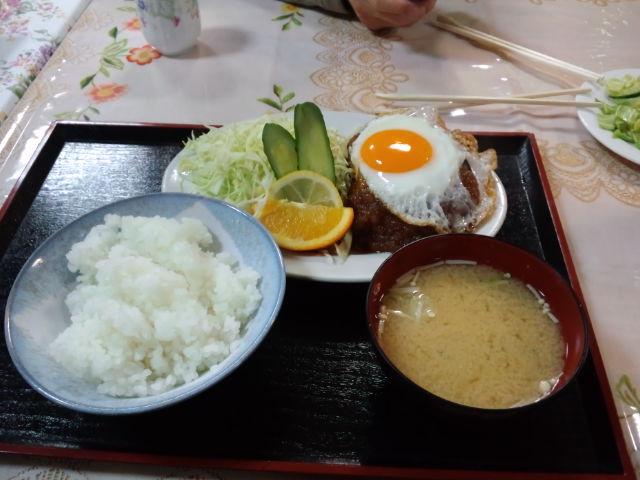 夕飯。珍しくハンバーグ定食