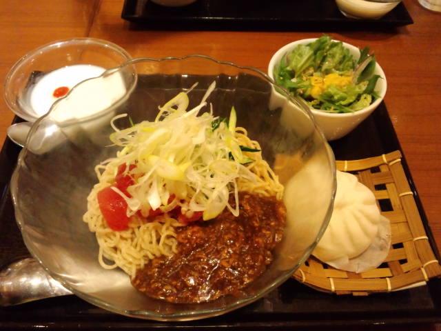 昼食。トマトジャージャー麺セット