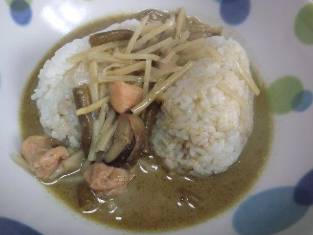 昼食。グリーンカレー。か、辛い〜(>_<)