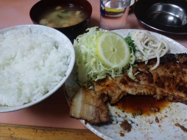 夕飯。ロース焼き肉定食。