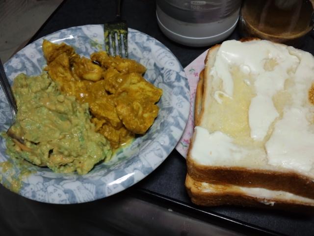 夕飯。ヌーシャデルチーズのトーストとなんちゃってタンドリーチキン、アボカドディップ