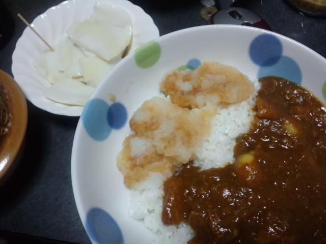 夕飯。おろしカレーと刺身蒲鉾