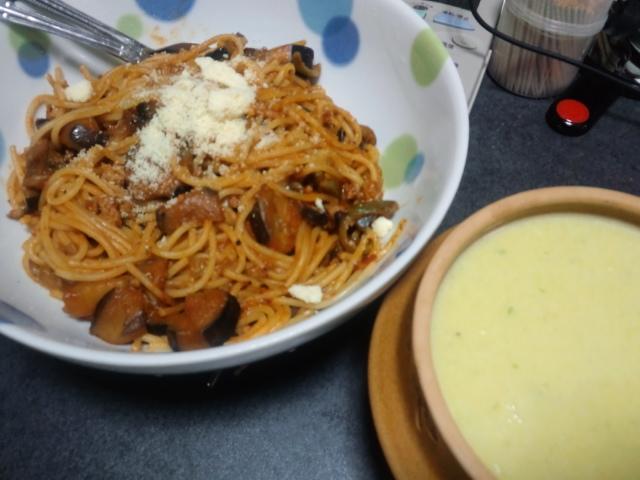 昼食。自家製かぼちゃのスープとナスのボロネーゼ