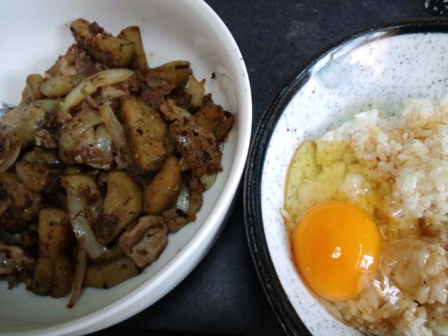 昼食。ナス炒めと卵かけごはん