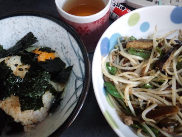 昼食。野菜炒めと卵かけごはん