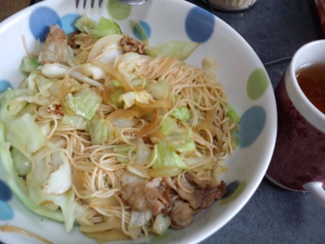 昼食。え〜と、炒麺?