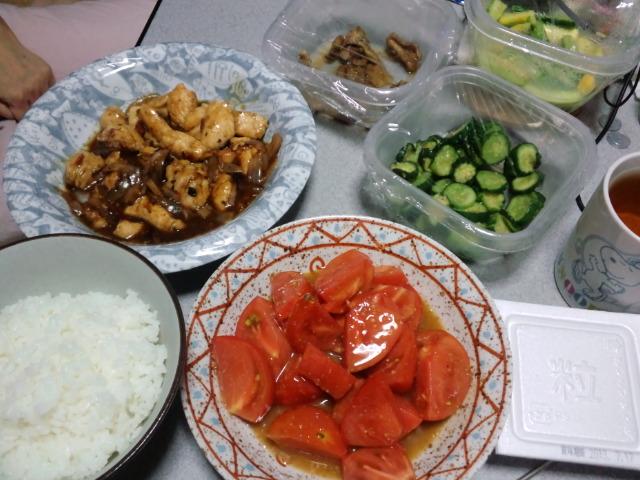 夕食。バジルチキンソテーと自家製トマト