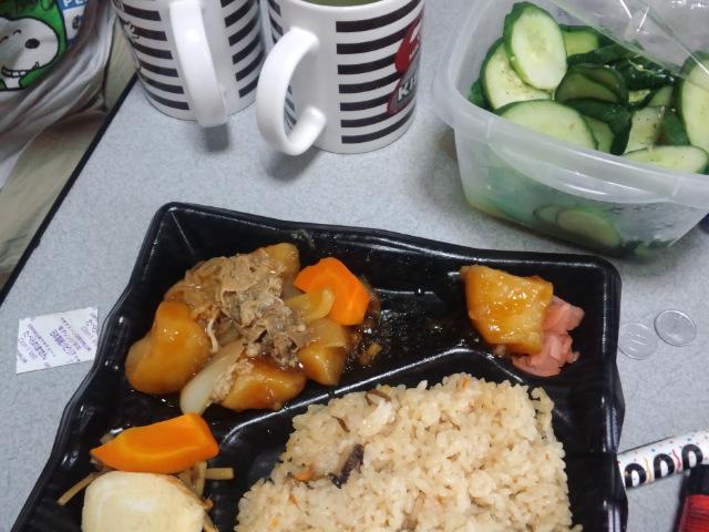 昼食。肉じゃが弁当