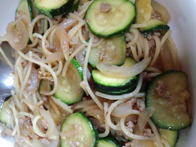 昼食。ズッキーニの和風パスタ。今、お米を切らしているのだ(^^;)