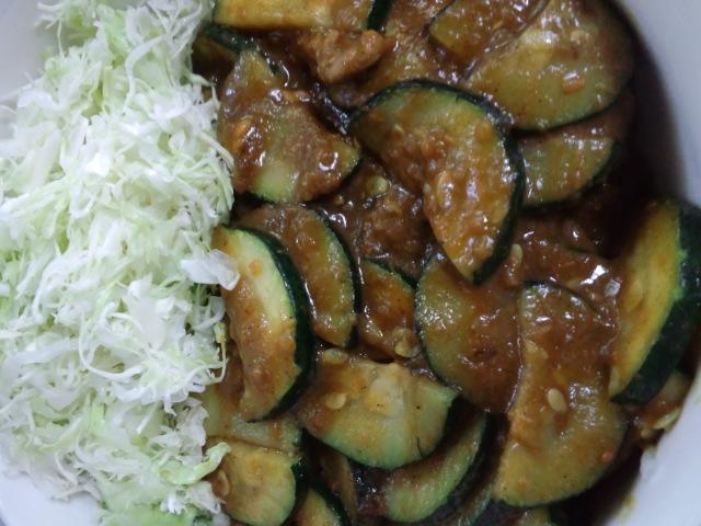 昼食。ズッキーニのインドカレー。ズッキーニはマイブームであるw