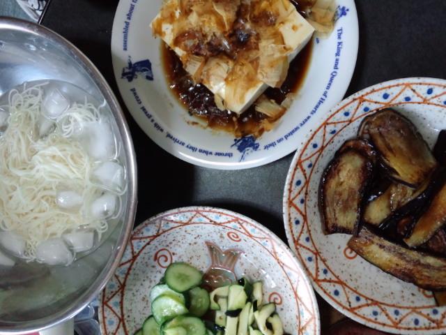 昼食。食欲ないから素麺。