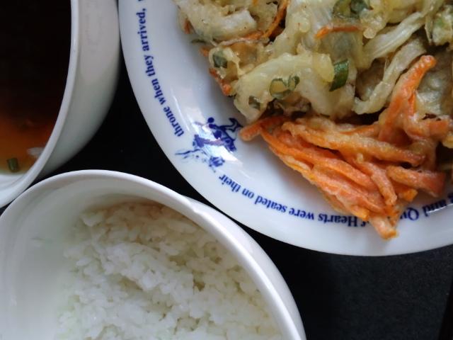 昼食。週末は食生活がハードだったのであっさり野菜天