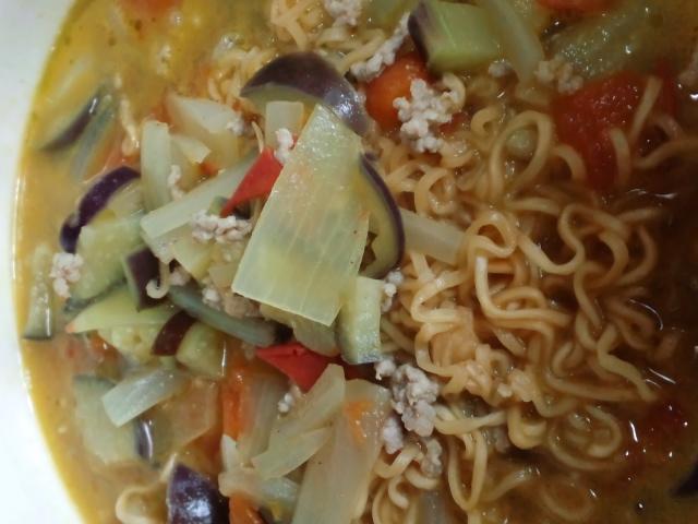 昼食。我が家産野菜入りグリーンカレーヌードル