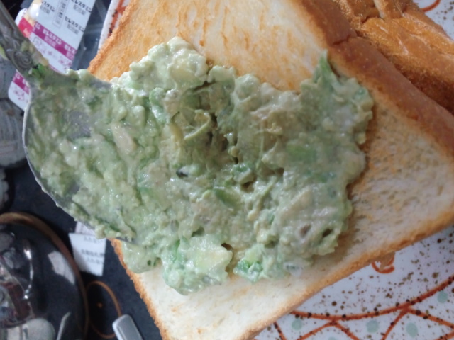 んで、トーストに塗る。これ今日の昼食。