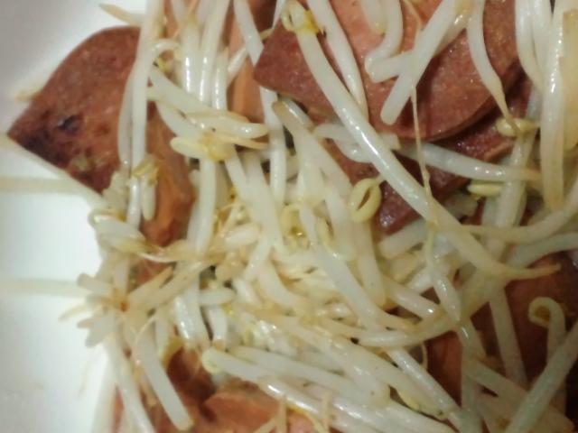 夕食。仏製チキンスパムとモヤシの炒めもの