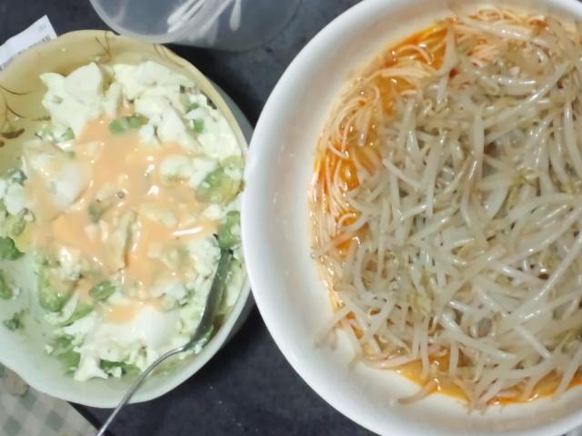 遅い昼食。ゴマ担々温麺と豆腐サラダ