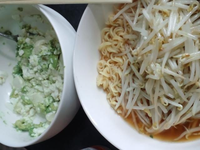 昼食。もやしそばと豆腐サラダ。