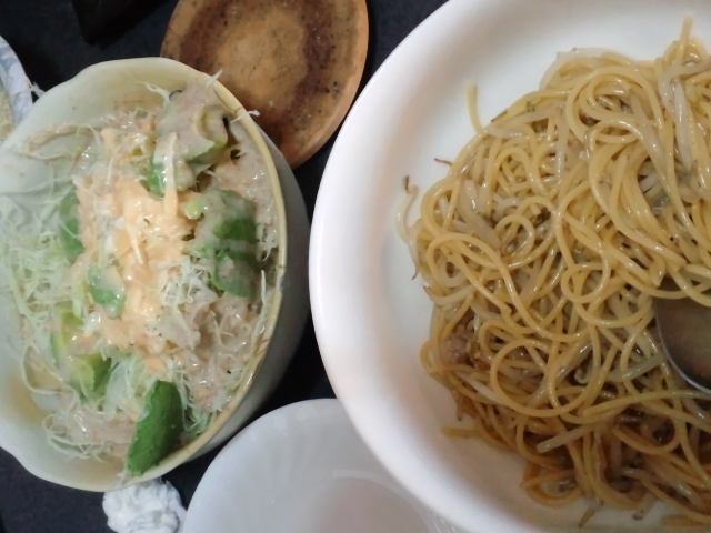 昼食。和風パスタとサラダ