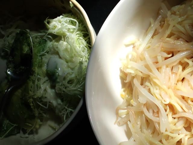 昼食。ごまだれ冷やし中華とサラダ